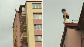 Žena v Pardubicích hrozila, že skočí ze střechy paneláku.