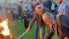 Miloš Zeman a Karel Schwarzenberg zapálili společně v Lánech Masarykovu vatru. První československý prezident zemřel přesně před 82 lety. (14. 9. 2019)