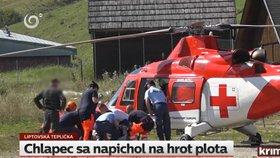 Drama v Liptovské Tepličce na Slovensku. Chlapec tu spadl ze stromu přímo na plot. Hrot mu propíchl záda.