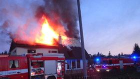 Požár domu vyhnal rodinu na ulici: V domě zemřeli dva psi, pomoci museli poskytnou psychologové!