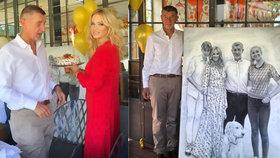 Premiér Andrej Babiš (ANO) dostal na narozeninové oslavě domácí dort a obrovský obraz.