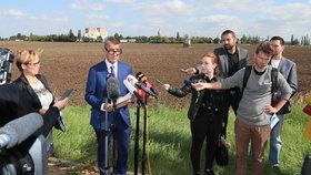 Andrej Babiš (ANO) mluvil u pole a metra v Letňanech o nové administrativní čtvrti (17.9.2019)