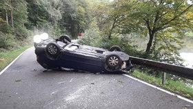 Těhotná na Benešovsku předjížděla náklaďák: I s autem skončila na střeše.