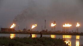 Hořící ropná zařízení v Saúdské Arábii.
