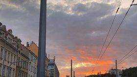 Karmínové nebe nad Prahou.