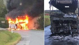 Autobus plný dětí začal za jízdy hořet.