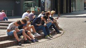 Teenageři se nemohou odtrhnout od internetu. Některé studie mluví o tom, že problémem trpí až polovina lidí.