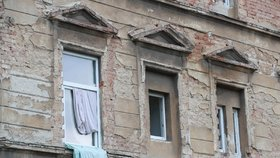 Rozpadající se domy a ulice plné lidí, kteří podle starousedlíků dělají jen problémy, hluk a nebojí se sáhnout po fyzickém násilí