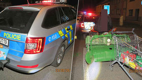 Opilec s traktůrkem naboural do policistů. Jel z nákupu, s kradeným vozíkem
