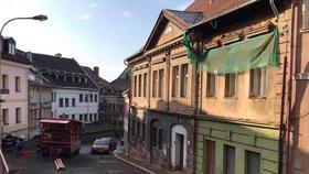 Pád kusu zdi historického domu v centru České Lípy se naštěstí obešel bez zranění