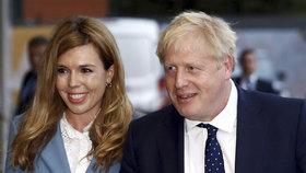 Britský premiér Boris Johnson s přítelkyní Carrie Symondsovou.