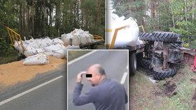 Kvílení brzd a obrovská rána: Traktor skončil převrácený v příkopě