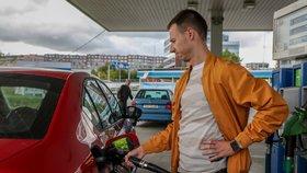 Litrbenzinuse prodává v hlavním městě průměrně za 28,64 Kč, litr nafty pak za 28,33 koruny.