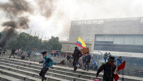 Několik stovek demonstrantů vniklo do budovy ekvádorského parlamentu, než je krátce poté slzným plynem vyhnala policie. (8.10.2019)