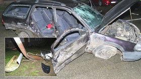 Mladý řidič naboural dvě auta a zdemoloval sloup pouličního osvětlení.