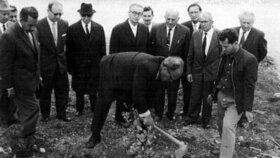 Oskar Schindler sází olivovník v Aleji spravedlivých.