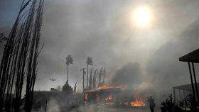 Kalifornie se ocitla v plamenech, hoří až na 275 místech
