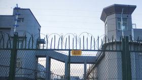 Brána jednoho z internačních táborů v Sin-ťiangu