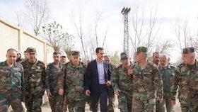 Prezident Asad se svými vojáky.