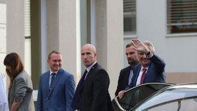 Prezident Miloš Zeman opět přijel do nemocnice. V Pražských Střešovicích má strávit v rukou lékařů do neděle. Doprovodila ho opět dcera Kateřina. (17. 10. 2019)