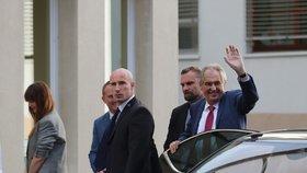 Prezident Miloš Zeman opět přijel do nemocnice. V pražských Střešovicích má strávit v rukou lékařů čas do neděle. Doprovodila ho opět dcera Kateřina. (17. 10. 2019)