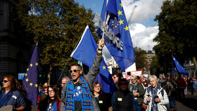 Lidé v centru Londýna demonstrují za setrvání Velké Británie v Evropské unii. (19. 10. 2019)