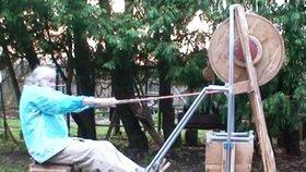 První foto muže, který držel děti ve sklepě kvůli konci světa: Na snímku cvičí na podivném dřevěném stroji!
