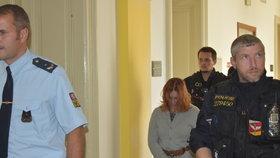 Eskorta přivádí Petru Janákovou (29) k Okresnímu soudu v Opavě, kde se bude rozhodovat o vazbě. Třicetiletý trest za vraždu jí byl přerušen kvůli těhotenství, porodila koncem srpna.