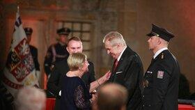 Prezident Miloš Zeman udělil Medaili Za hrdinství Boženě Ivanové (28. 10. 2019).