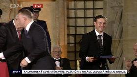 Prezident Miloš Zeman udělil medaili Za zásluhy Liboru Podmolovi. (28. 10. 2019)
