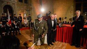 Prezident Miloš Zeman vyznamenal in memoriam také padlého kynologa Tomáše Procházku, který zahynul loni na vojenské misi v Afghánistánu. Medaili za hrdinství přišel na Hrad převzít Procházkův otec a také jeho služební pes Doky.