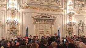 Recepce po udílení státních vyznamenání 2019 ve Španělském sálu: Miloš Zeman a Václav Klaus při přípitku