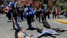 Povolební demonstrace v Bolívii provází násilí. Při protestech zemřeli nejméně dva lidé.