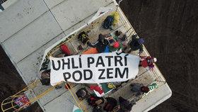Odpůrci uhlí okupují velkorypadlo hnědouhelného Lomu Vršany na Mostecku.