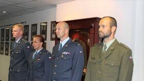 Tomáš Neškodný (vpravo) převzal cenu od náčelníka Generálního štábu.