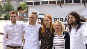 Ivan Bartoš s Jakubem Michálkem, Lydií Frankou Bartošovou, Renatou Chmelovou a Mikulášem Ferjenčíkem