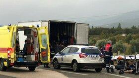 Začátkem listopadu řecká policie zadržela kamion s 41 běženci, byli naživu.