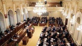 Poslanci se dostali k projednávání referenda.