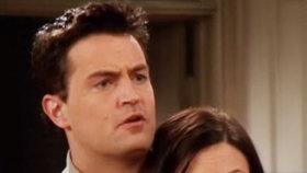 Chandler a Monica v seriálu Přátelé