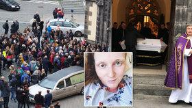 Poslední rozloučení s Lucií Eckertovou: Slavnou cvičitelku uložili do bílé rakve