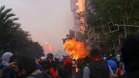 V Chile pokračují protivládní protesty. Vzplála i budova univerzity.