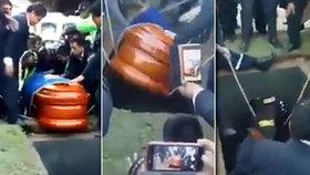 Horor na pohřbu: Tělo starosty vypadlo z rakve před zraky 3 tisíc truchlících!