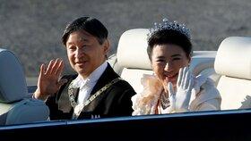 Nový japonský císař Naruhito se se svou chotí císařovnou Masako v luxusním automobilu s odkrytou střechou absolvoval slavnostní průvod u příležitosti svého uvedení na trůn.