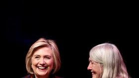 Hillary Clintonová společně s dcerou propaguje jejich novou knihu.