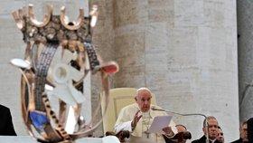 Čeští poutníci předali papeži Františkovi sochu sv. Anežky