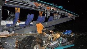 Při tragické nehodě autobusu a náklaďáku vyhaslo 12 životů.