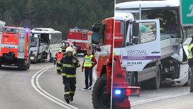 Autobus plný dětí se u Mělníku srazil s náklaďákem.