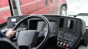 Zemřel francouzský řidič autobusu, kterého napadli, když vyžadoval roušky (ilustrační foto)
