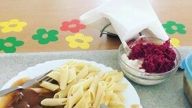 Starosta Nového Města na Moravě Michal Šmarda testuje obědy v městských základních školách. Chce zjistit případné neduhy a nedostatky.  Polévky si prý nosí domů.