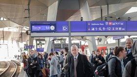 Rakouský prezident Alexander van der Bellen čeká na vídeňském hlavním nádraží na vlak.